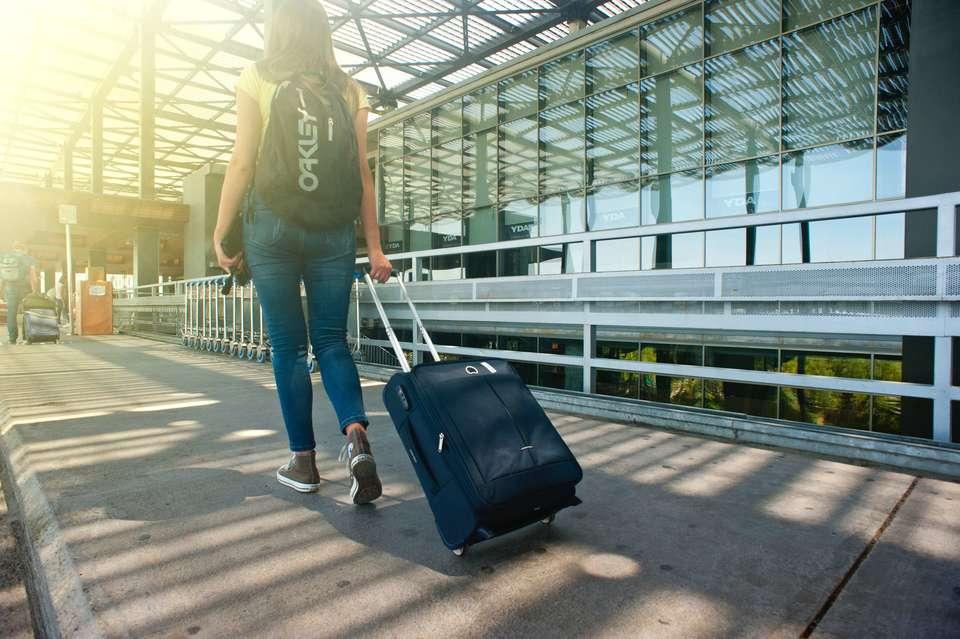 旅行に出掛ける人の服装