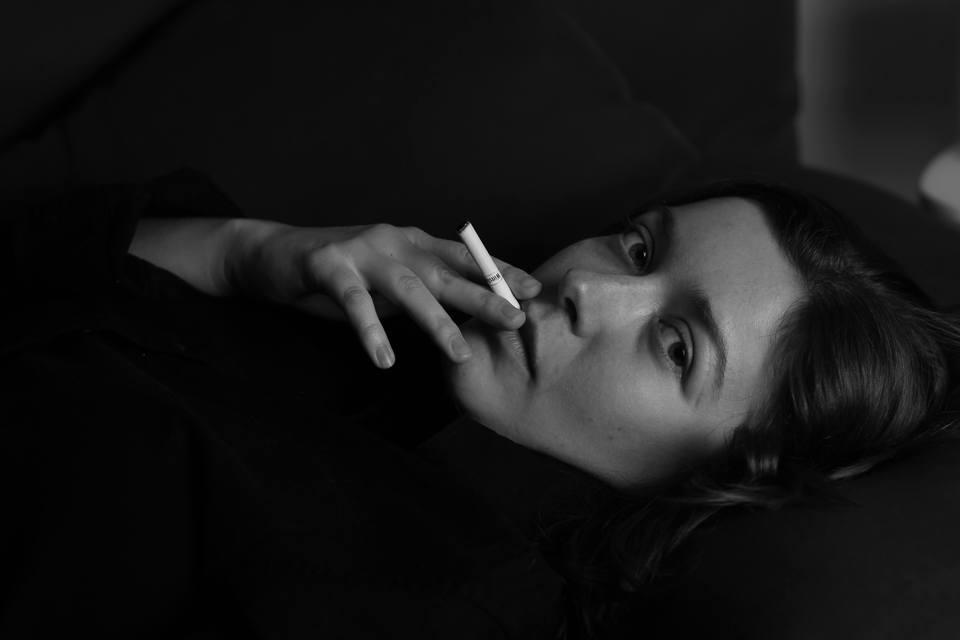 たばこを吸う残念な美人