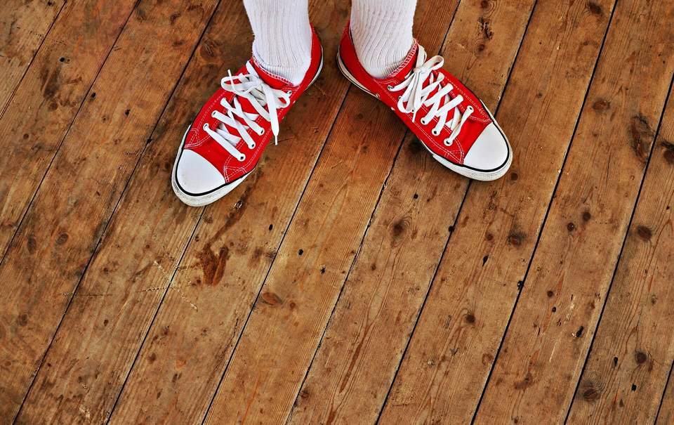 白ソックスと合う赤のスニーカー