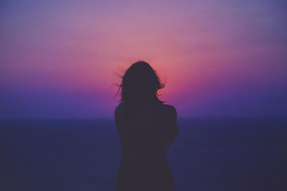 誰かに甘えたいのに孤独な女性