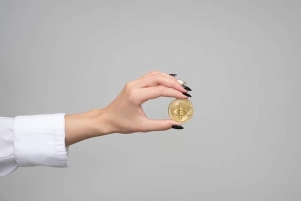 1枚だけコインを持つ手