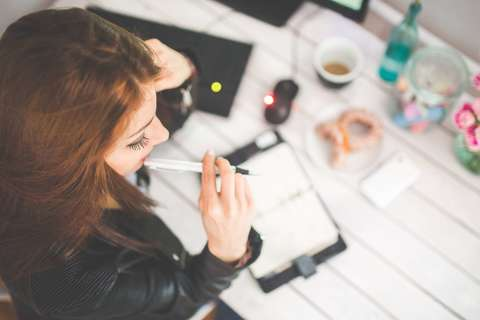 Medium daydreaming desk girl 6384